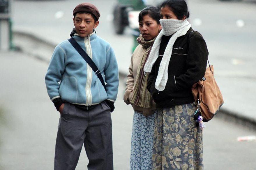Quetzaltecos tratan de protegerse del intenso frío que afecta a Xela esta mañana. (Foto Prensa Libre: Carlos Ventura)