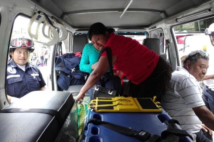 Los heridos son trasladados a un centro asistencial. (Foto Prensa Libre: Hugo Oliva)
