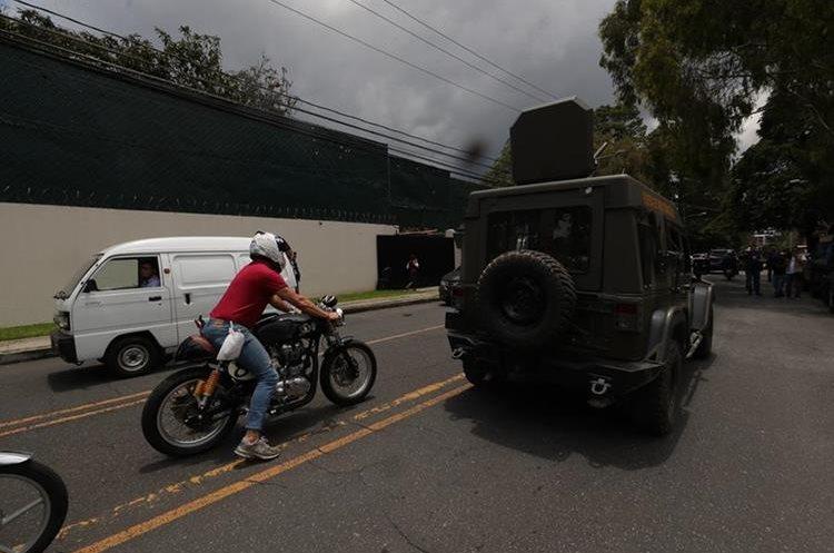 Los vehículos también transitaron sobre la avenida La Reforma pasando frente a la Embajada de los Estados Unidos, entre otros puntos.
