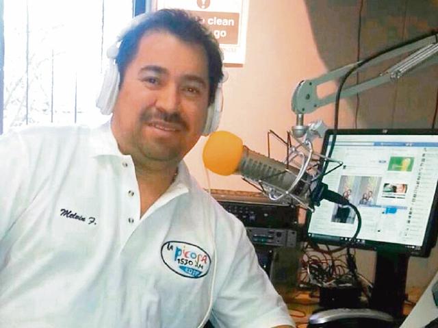 Falla trabaja en el programa Fiesta en Centroamérica de radio La Picosa. (Foto Prensa Libre: Cortesía).