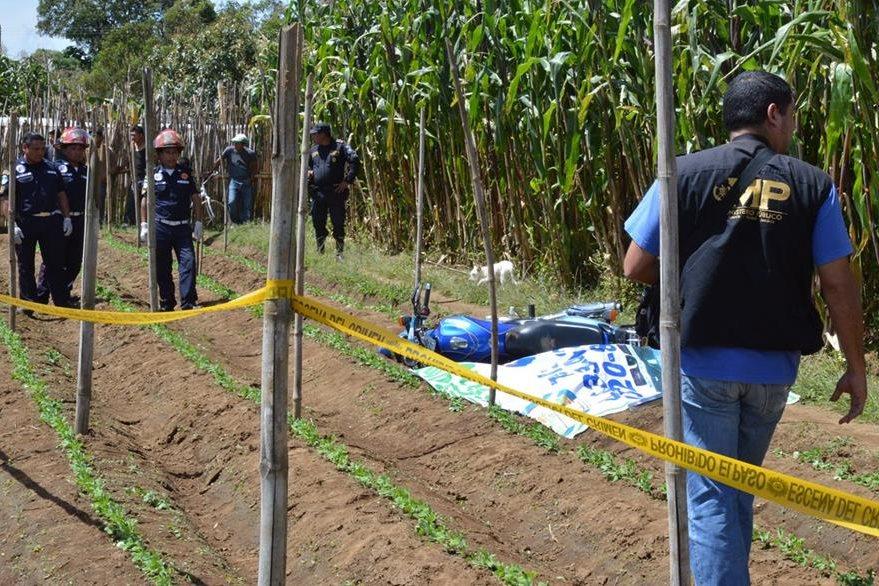 El cuerpo del guardia privado fue localizado a orillas de un sembradío de maíz, en Santa Cruz Balanyá, Chimaltenango. (Foto Prensa Libre: Víctor Chamalé)