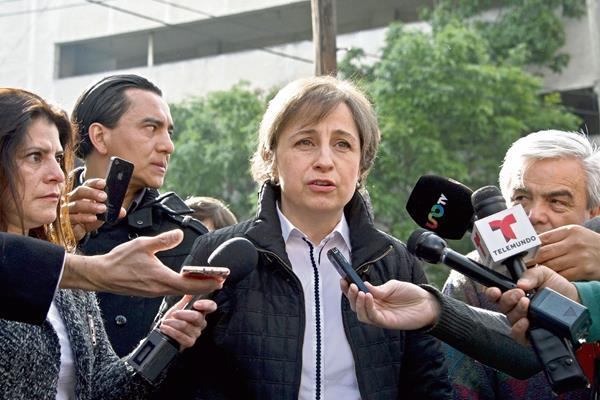 Carmen Aristegui habla con la prensa después de ser despedida de MVS Radio.  (Foto Prensa Libre:AFP)