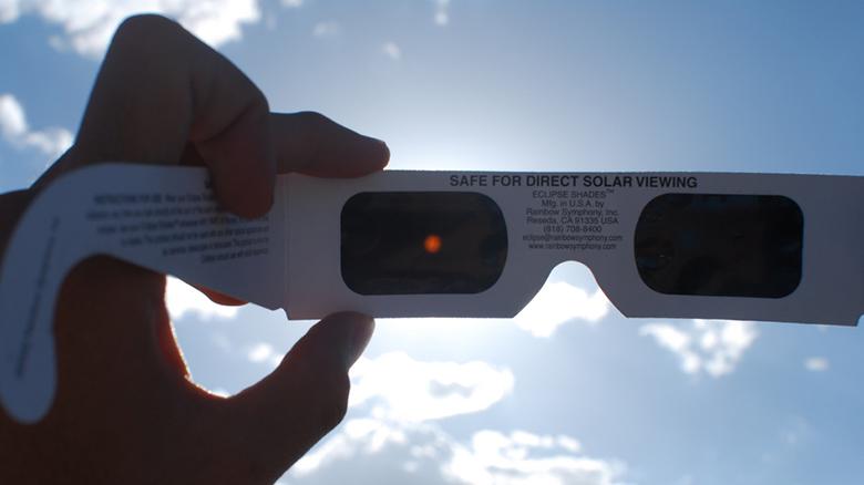 Demandan a Amazon por sus lentes para ver el eclipse solar. (Foto Prensa Libre: www.univision.com)