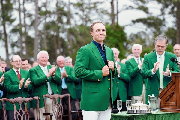 Jordan Spieth porta el saco verde que lo identifica como el campeón de Augusta. (Foto Prensa Libre: AFP)