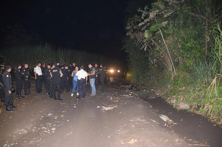 La Policía llegó al lugar, pero la turba no permitió que se llevaran a los presuntos delincuentes. (Foto Prensa Libre: Enrique Paredes).