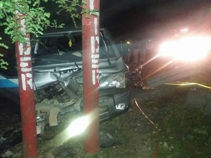 Microbús en el que viajaba Manuel Tager, en Dolores, Petén, quedó destruido por un accidente de tránsito. (Foto Prensa Libre: Rigoberto Escobar)