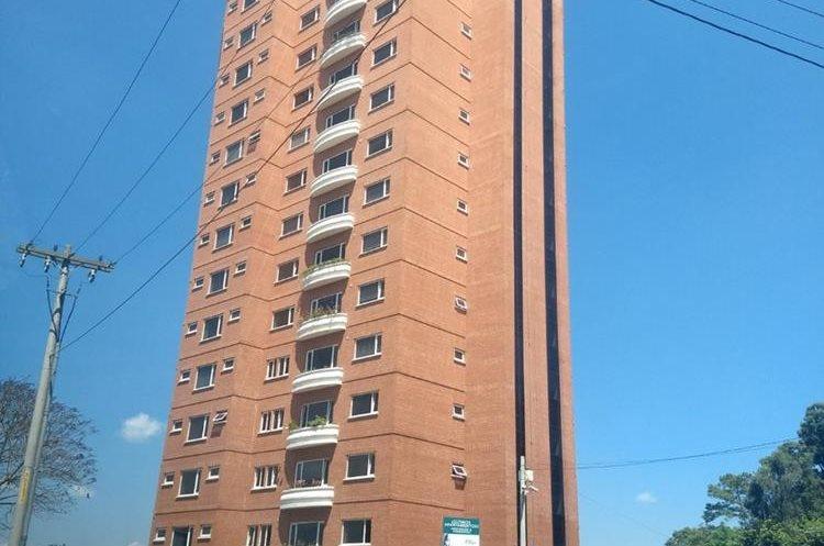 El edificio Vista Panorámica, en la zona 15 de la capital, es una de las 39 propiedades vinculadas a Manuel Baldizón que autoridades investigan. (Foto Prensa Libre: Ministerio Público)