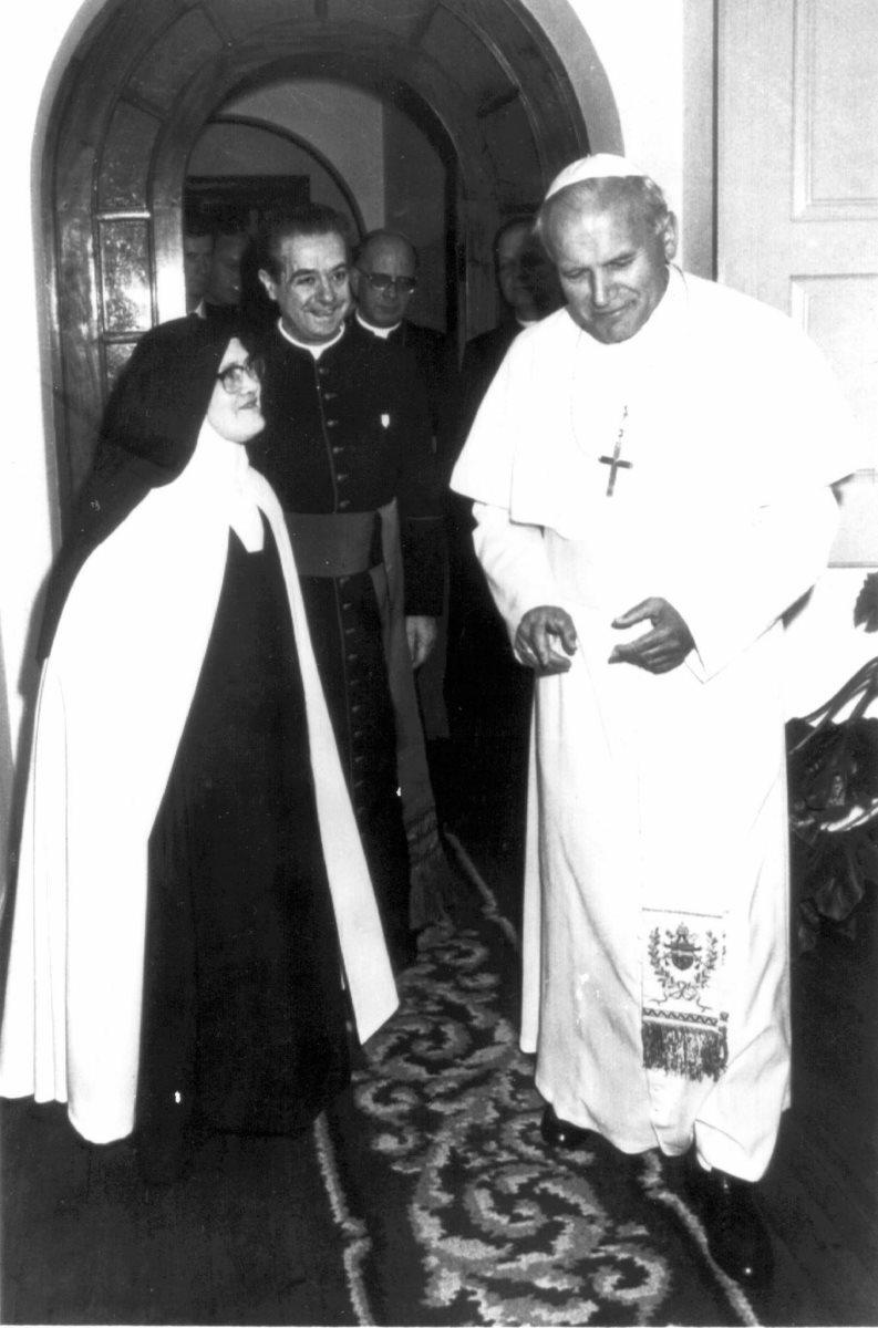 Juan Pablo II y sor Lucía, en un encuentro privado en 1995. (Foto: Hemeroteca PL)