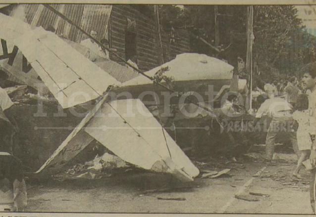 Agentes de la Policía Nacional observan los restos de la avioneta.  (Foto: Hemeroteca PL)