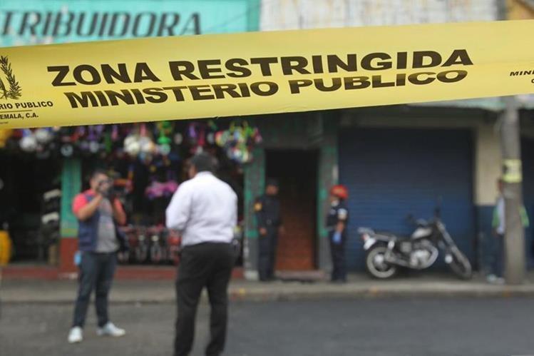 El cuerpo de una mujer fue localizado en un hotel ubicado en el mercado El Guarda. (Foto Prensa Libre: Erick Ávila)