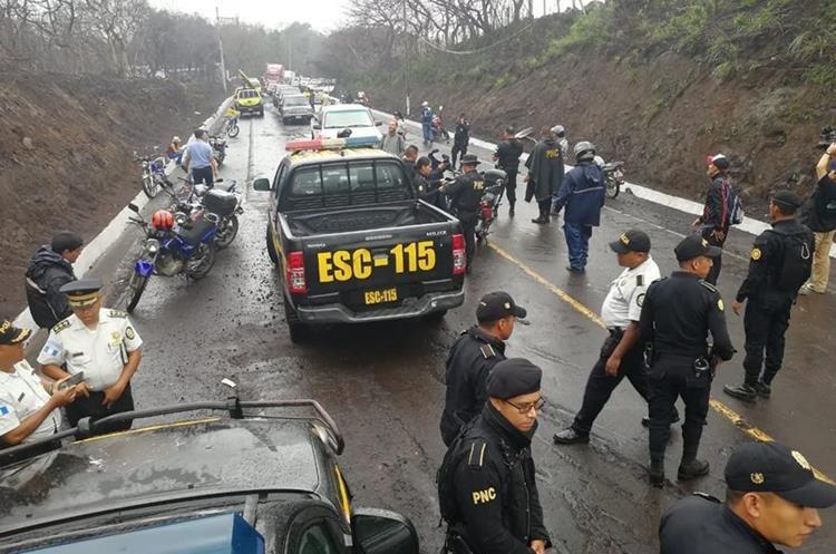 Agentes de la PNC se ubican en la RN14, debido a que vecinos se oponen a su habilitación. (Foto Prensa Libre: Carlos Enrique Paredes)