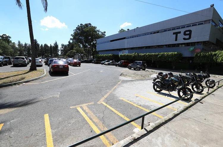 Alrededores de la Universidad de San Carlos, parqueos con poca seguridad.  (Foto Prensa Libre: Carlos Hernández)