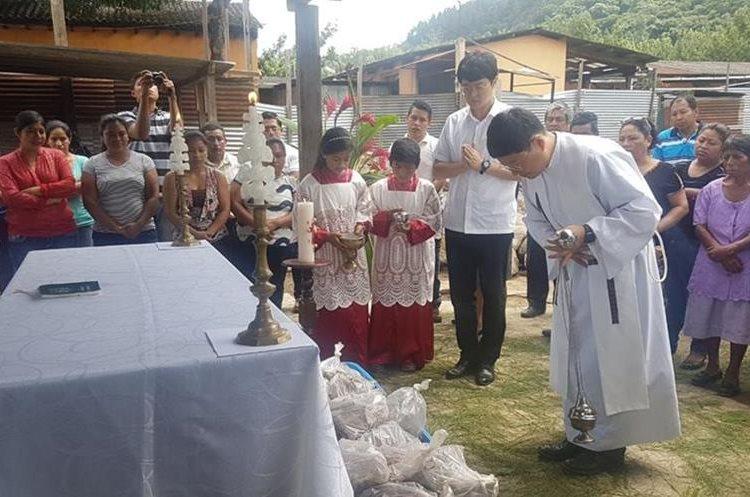 La comunidad honró los restos de las víctimas. (Foto: Carlos García)