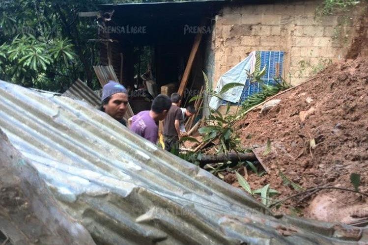 Una familia con 7 integrantes se salvó de morir soterrados en su vivienda, en la colonia Santa Marta 2, Chinautla. (Foto Prensa Libre: Estuardo Paredes)