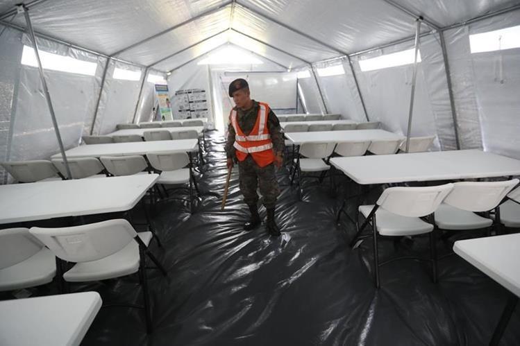 En el Estadio Municipal de Escuintla se levantaron 15 carpas especiales que albergar‡n a los estudiantes de ese departamento afectados por la erupción del volcán de Fuego. (Foto Prensa Libre: Érick Ávila)