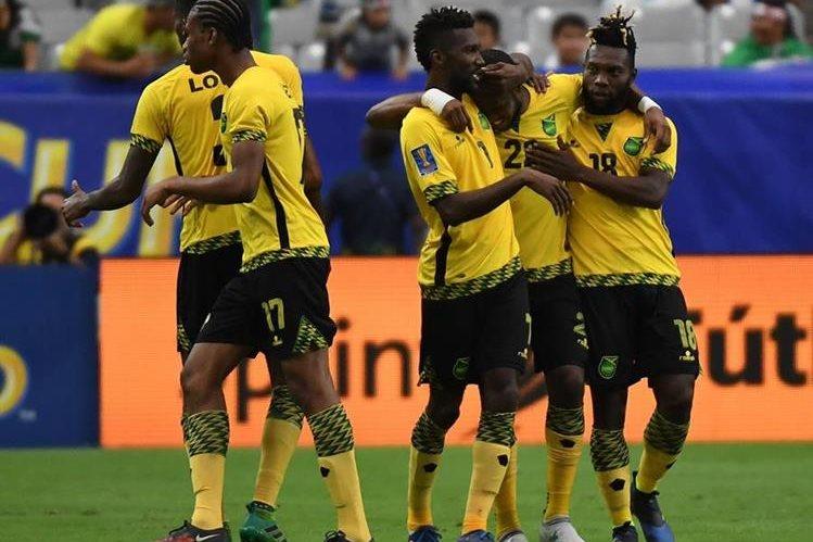 Los jugadores de Jamaica festejan la anotación de Romario Williams. (Foto Prensa Libre: AFP)