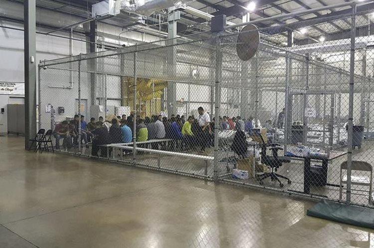 Niños migrantes sufren de abusos en los centros de detención. En el Centro de Tratamiento Shiloh, en Texas, son inyectados con medicamentos contra su voluntad para mantenerlos bajo control. (Foto Prensa Libre: Hemeroteca PL)