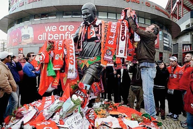 Aficionados colocaron bufandas y souvenirs en la estatua de Eusébio en Lisboa el día de su fallecimiento. (Foto Prensa Libre: Hemeroteca PL)