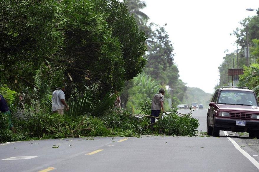 """El huracán """"Otto"""" causó daño en una carretera principal en Cienaguita, Limón, Costa Rica. (Foto Prensa Libre: AFP)."""