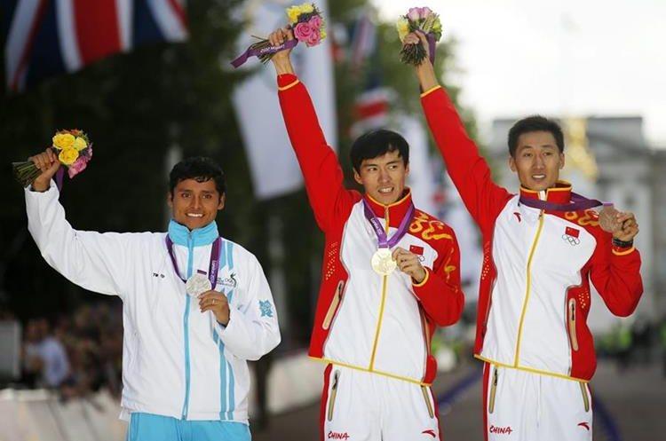 Érick Barrondo durante la premiación de la medalla de plata en los Juegos Olímpicos de Londres. (Foto Hemeroteca PL).