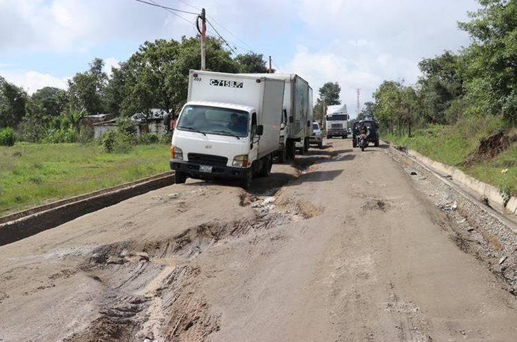 Zanja en medio de carretera en ruta departamental 13 en San Pablo, aldea de San Pedro Jocopilas. (Foto Prensa Libre: Héctor Cordero)