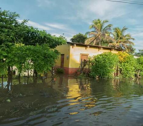 Familias de Nueva Concepción, Escuintla, son afectadas por el desborde del río Coyolate. (Foto Prensa Libre: Cortesía Conred)