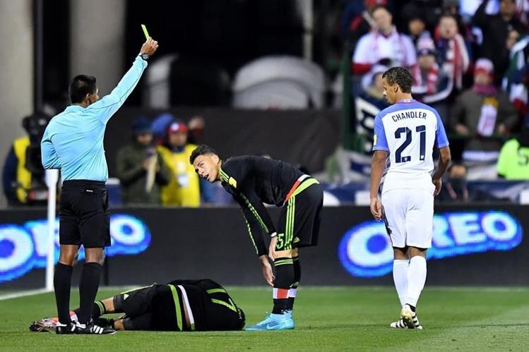 Wálter López amonesta a Bradley, después de una falta sobre 'Tecatito' Corona. (Foto Prensa Libre: AFP)