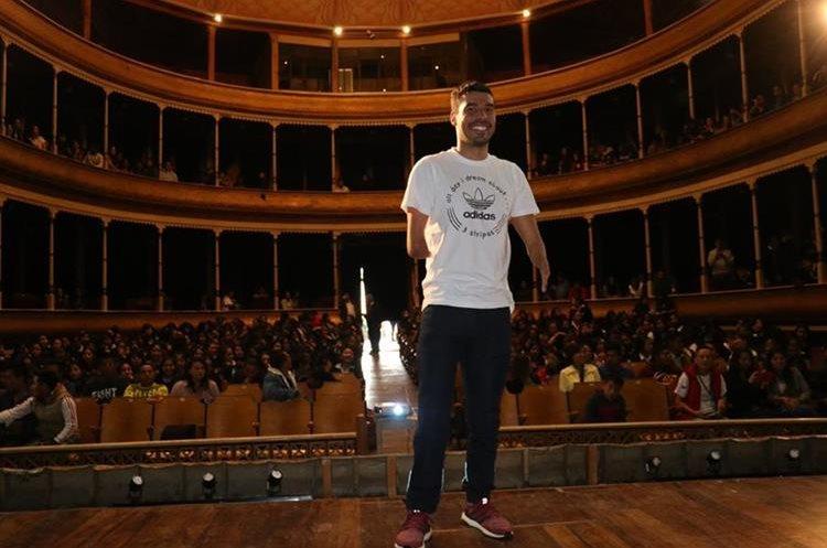 El destacado deportista mundial engalanó el Teatro Municipal de Xela que lució lleno. (Foto Prensa Libre: Raúl Juárez)