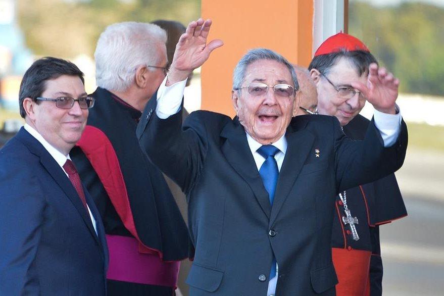 El presidente cubano, Fidel Castro, se despide con emoción del papa Francisco al despegar el avión que lo trasladó a México. (Foto Prensa Libre: AFP).