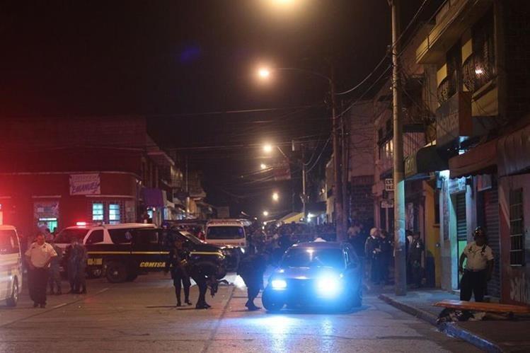 El vehículo, con el motor aún en marcha, es revisado por la PNC, luego del mortal ataque en la zona 3. (Foto Prensa Libre: Álvaro Interiano)