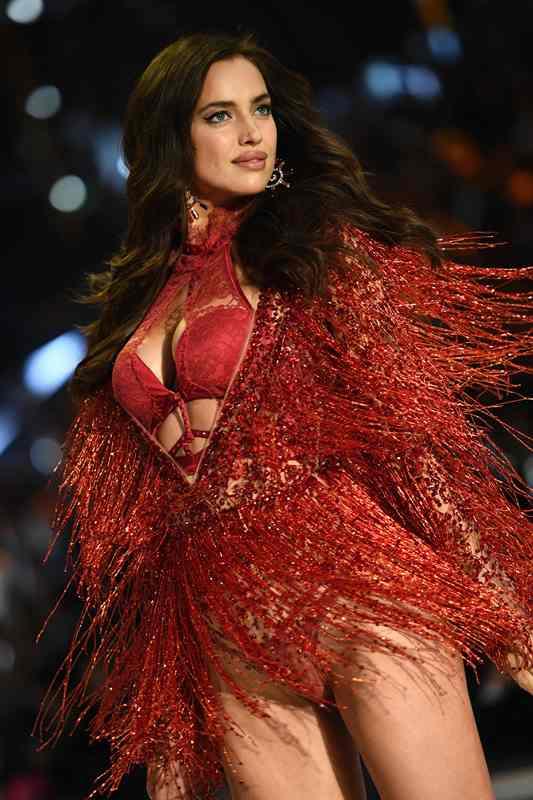 La modelo apareció en la pasarela con prendas que cubrían su vientre. (Foto Prensa Libre: AFP)