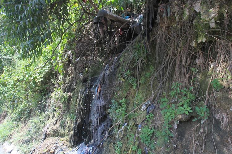 Las aguas residuales del asentamiento desembocan en la carretera. (Foto Prensa Libre: Esbin García)