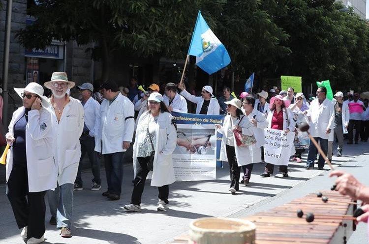 """La caminata se denominó """"Marcha por la dignificación de las batas blancas"""" y tuvo como intención reafirmar sus demandas. (Foto Prensa Libre: Juan Diego González)"""