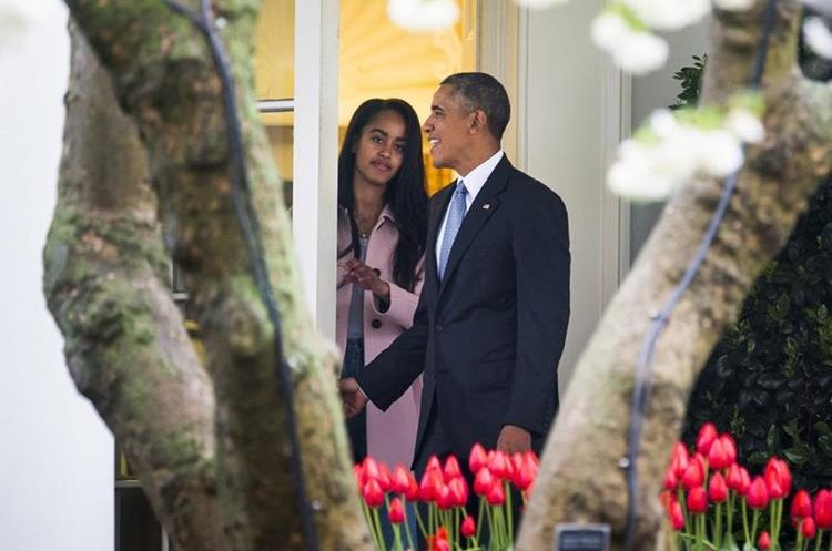 JL01 WASHINGTON (ESTADOS UNIDOS), 07/04/2016.- El presidente estadounidense Barack Obama (d) junto con su hija Malia (i) abandona la Casa Blanca en Washington, Estados Unidos hoy 7 de abril de 2016 con destino a Chicago para visitar la universidad de derecho. EFE/Jim Lo Scalzo
