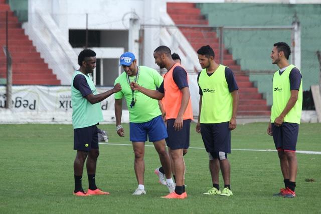 Los jugadores antigüeños durante el trabajo en el estadio Pensativo. (Foto Prensa Libre: Miguel López).