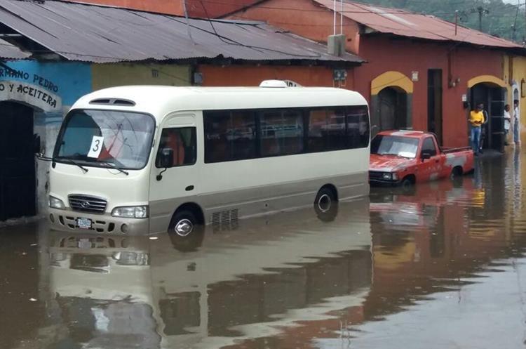El agua sobrepasó los 30 centímetros en varias calles de la ciudad colonial. (Foto Prensa Libre: Cortesía)
