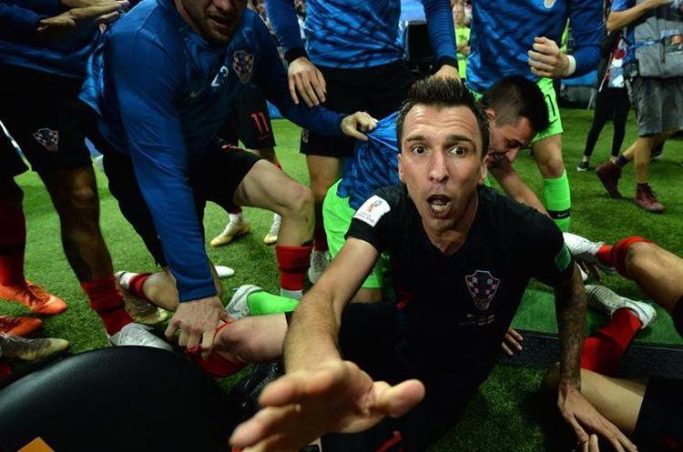 Después del choque, Manzukic hace un gesto al fotógrafo el cual continúa graficando lo sucedido.