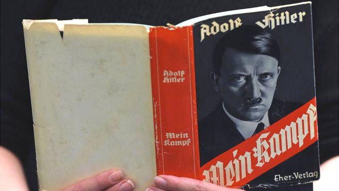 """Una copia original de """"Mi lucha"""": fue el manifiesto de Hitler para la conquista y la intolerancia racial. AFP"""