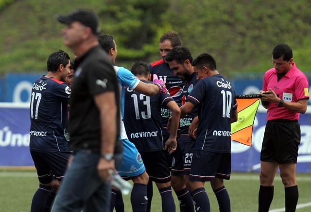 Carlos Kamiani es felicitado por sus compañeros tras marcar cuatro goles contra los cremas. (Foto Prensa Libre: Carlos Vicente).