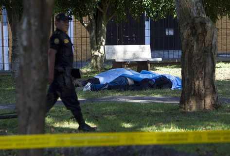 Fuerzas de seguridad resguardan el lugar donde un grupo de sicarios mató a siete personas, en un edificio de clínicas privadas. (Foto Prensa Libre: EFE)