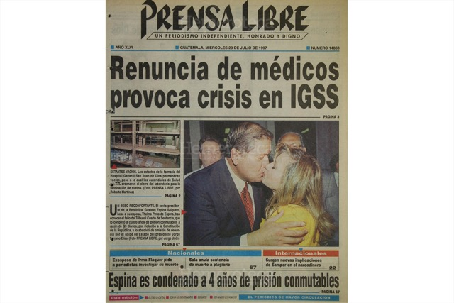 23/7/1997 Espina Salguero besa a su esposa luego de escuchar la sentencia del juez. (Foto: Hemeroteca PL)