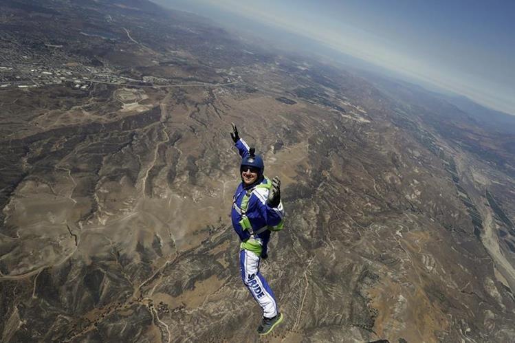 Luke Aikins sonríe mientras cae desde siete mil metros de altura sin paracaídas. (Foto Prensa Libre: AP).