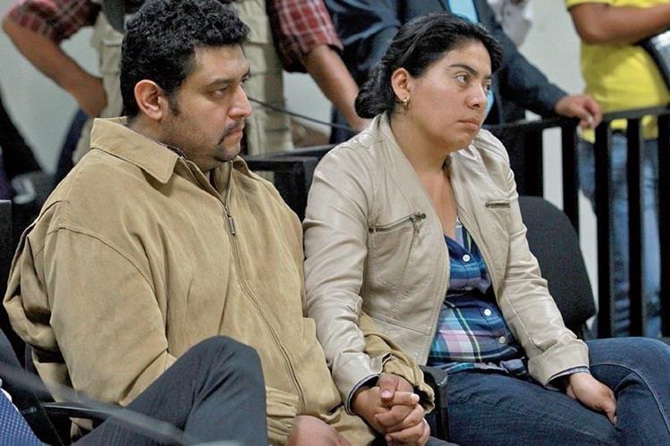 Los padres de Alexánder Aldana Fuentes, durante la audiencia para conocer el motivo de la detención del maestro del Liceo Javier. (Foto Prensa Libre: Hemeroteca PL)