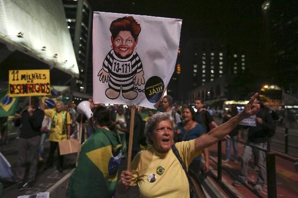 Manifestantes protestan contra Dilma Rousseff en Sao Paulo. (AFP).