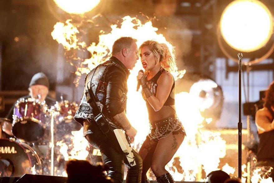 James Hetfield, vocalista de Metallica, y Lady Gaga, unieron su voz en la gala de los Grammy. (Foto Prensa Libre: AP)