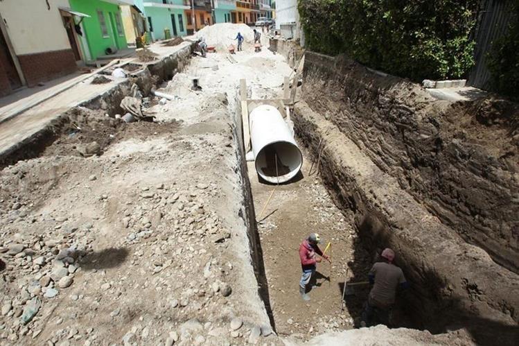 Técnicos de la alcaldía de Mixco revisan deterioro de colectores en la colonia Pablo Sexto, zona 7. (Foto Prensa Libre: Hemeroteca PL)