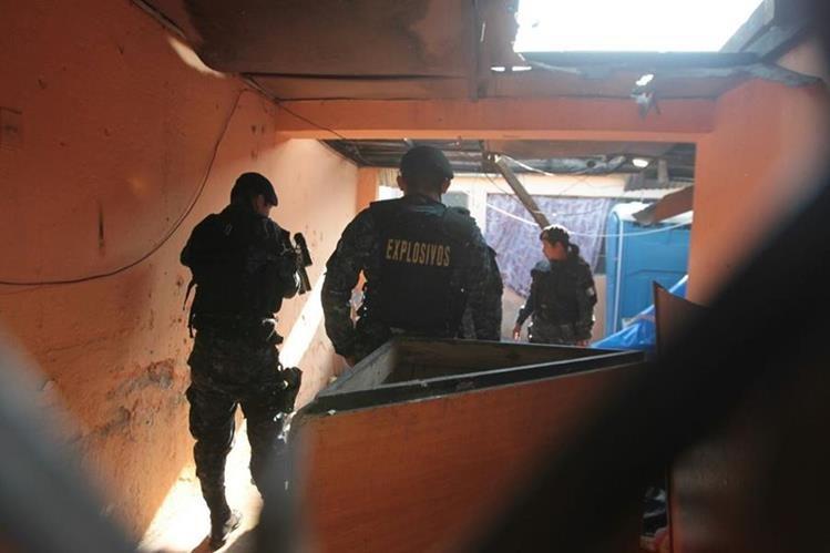 Expertos de la PNC participan del operativo en la zona 5, en busca de explosivos. (Foto Prensa Libre: Erick Ávila)