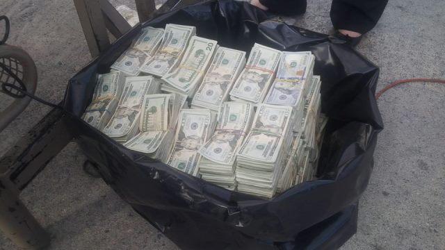 Los dólares incautados. (Foto Prensa Libre: PNC)