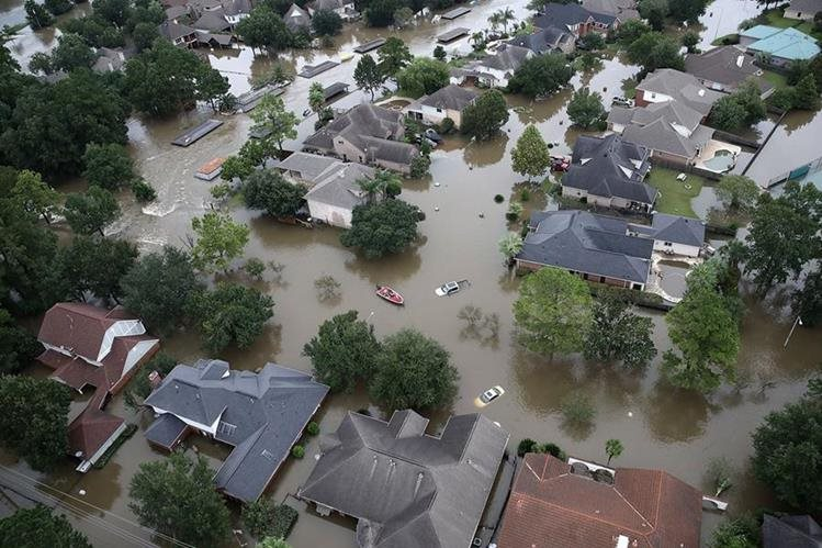 Vista cenital de un vecindario en Houston inundado por las lluvias provocadas por la tormenta tropical Harvey (Foto Prensa Libre: AFP).