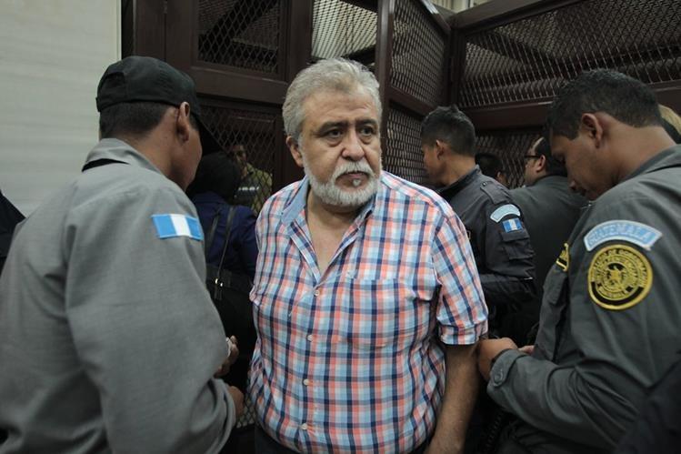 Francisco Javier Ortíz sale de la carceleta durante un receso que dio el Juzgado Octavo de Primera Instancia Penal. (Foto Prensa Libre: Paulo Raquec)